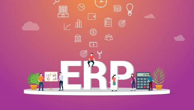 Imagem com Letras grandes formando ERP e pessoas sentadas nelas