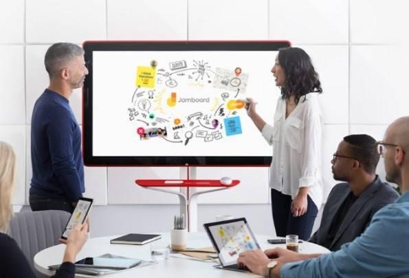 Imagem ilustrativa de uma reunião onde pessoas estão utilizando o Jamboard do Google